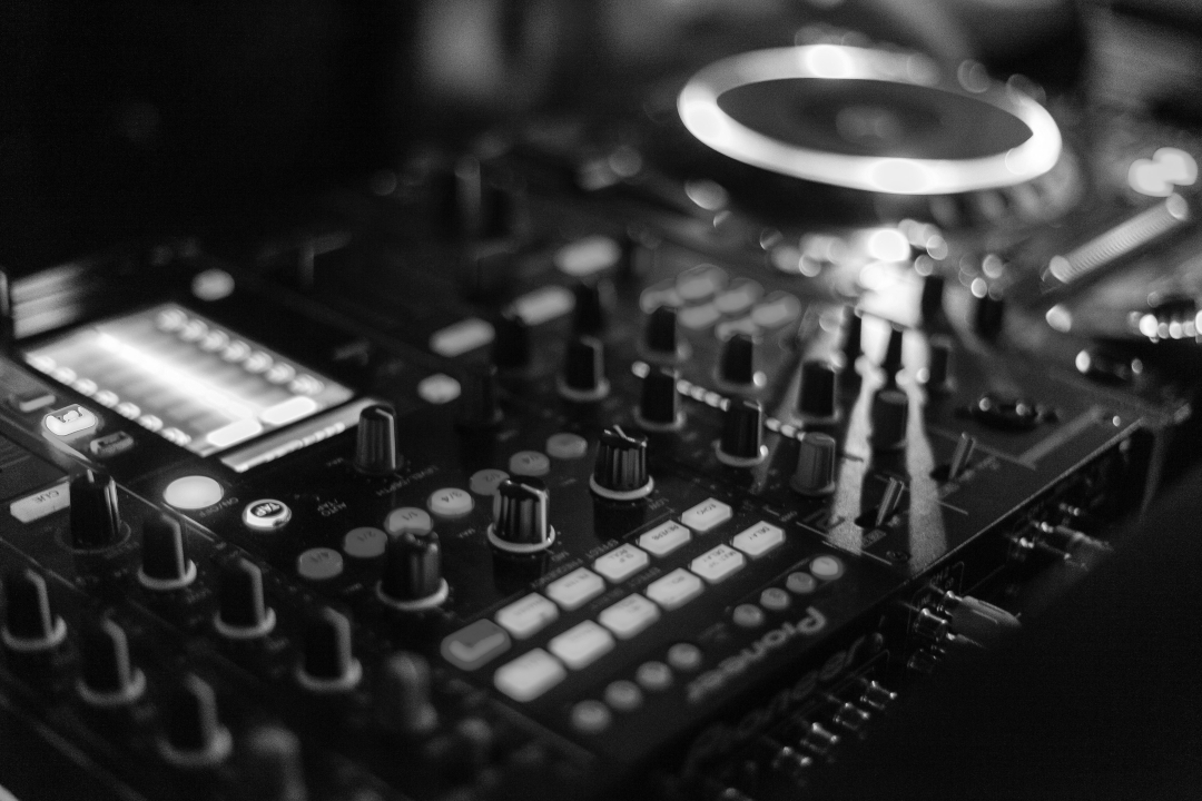 audio-audio-mixer-close-up-2111015